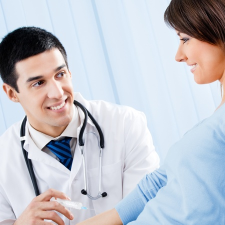 """zastrzyk: Wszystkiego najlepszego Doktor uÅ›miechniÄ™ta nadanie nutÄ… pÅ'ci żeÅ""""skiej pacjenta w urzÄ™dzie Zdjęcie Seryjne"""