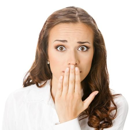 guardar silencio: Retrato de mujer de negocios joven sonriente feliz cubriendo con la mano en su boca, aislado sobre fondo blanco Foto de archivo