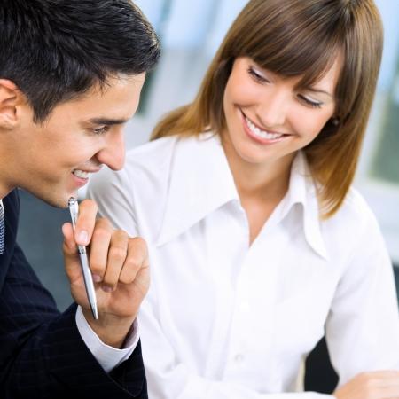 interview job: Dos j�venes empresarios sonriendo feliz �xito trabajando con el documento o contrato en la oficina