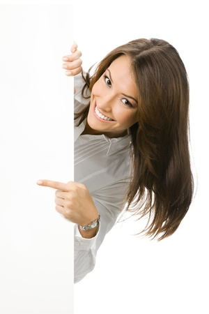 letreros: Feliz sonriente mujer hermosa empresa joven mostrando cartel en blanco, aisladas sobre fondo blanco