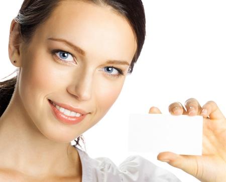 invitando: Retrato de la sonrisa mujer de negocios dando la tarjeta de presentación en blanco, aislados sobre fondo blanco