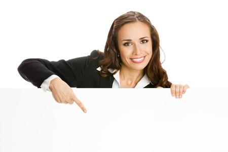 letreros: Mujer de negocios joven sonriente que muestra se�al en blanco, aislado sobre fondo blanco