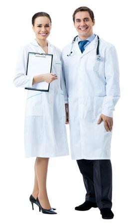 grupo de médicos: Retrato de cuerpo entero de dos personas sonrientes médicos jóvenes, aisladas sobre fondo blanco Foto de archivo