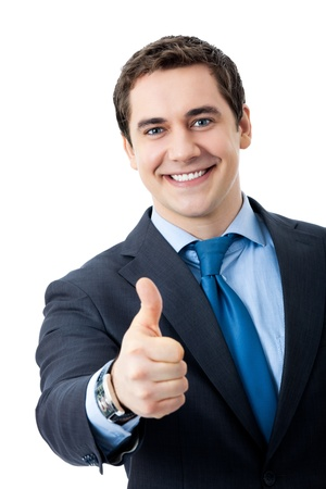 Happy lachende jonge zakenman met thumbs up gebaar, geïsoleerd op witte achtergrond
