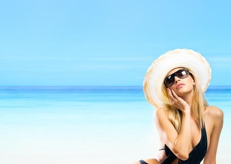 egy fiatal nő csak a: Potrait a boldog, mosolygós vidám, fiatal, gyönyörű, szőke nő a strandon, copyspace.