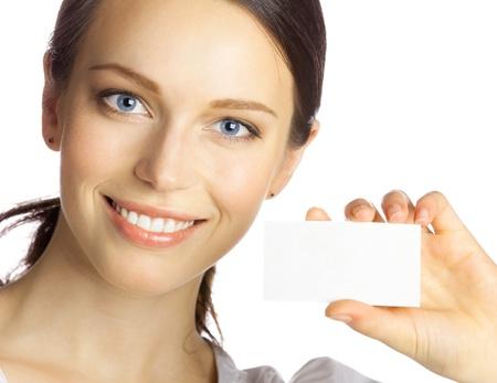 hand business card: Ritratto di donna sorridente di affari che d� carta bianca business, isolato su sfondo bianco