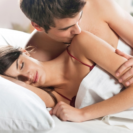 sexo pareja joven: Joven pareja amorosa bella hacer el amor en la cama