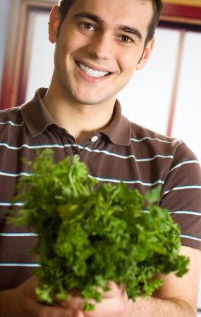 potherbs: Retrato de hombre joven y sonriente alegre con hierbas arom�ticas