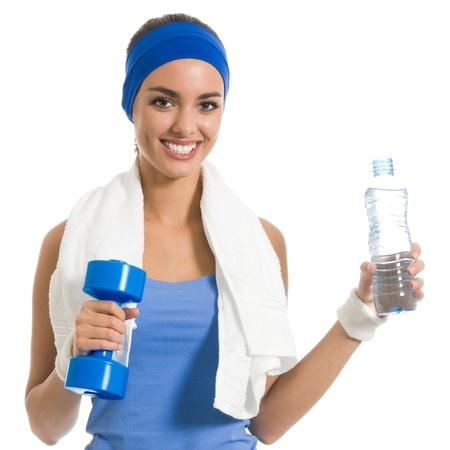 Porträt von fröhlichen jungen attraktiven Frau im Fitness-Verschleiß mit Hantel und Wasser, auf weißem Hintergrund isoliert