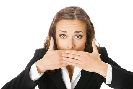 guardar silencio: Retrato de mujer feliz sonriendo empresa joven que cubre su boca con las manos, aisladas sobre fondo blanco