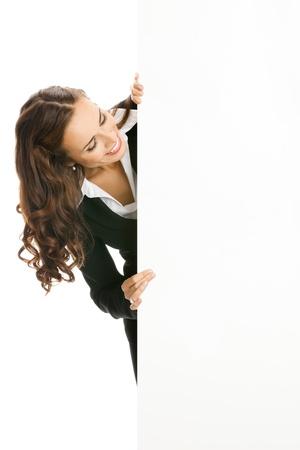 letreros: Feliz mujer de negocios sonriente joven que muestra letrero en blanco, aislados en fondo blanco