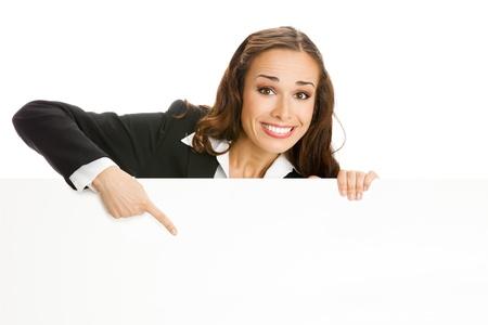 slogan: Feliz mujer de negocios sonriente joven que muestra letrero en blanco, aislados en fondo blanco