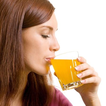 jus orange glazen: Mooie vrouw drinken sap, geïsoleerd op witte achtergrond
