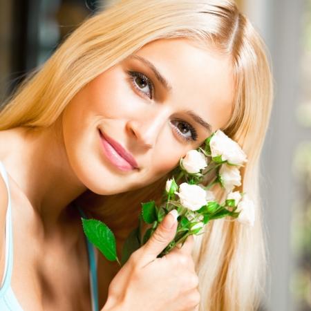 mujer con rosas: Joven mujer feliz sonriendo alegre con un ramo de rosas blancas