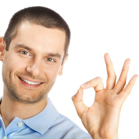 rostro hombre: Retrato de hombre alegre joven que muestra gesto aceptable, aislado sobre fondo blanco