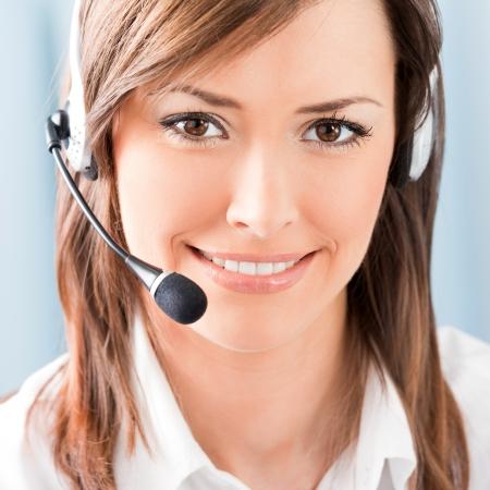 hotline: Portret van gelukkige lachende vrolijke ondersteuning telefoon operator in headset op het kantoor van