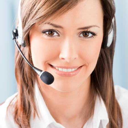 recepcionista: Retrato de feliz sonriente operador de tel�fono alegre soporte en auriculares en la oficina
