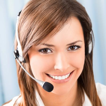 recepcionista: Retrato de feliz sonriente operador de teléfono alegre soporte en auriculares en la oficina