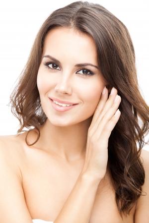mujeres negras desnudas: Retrato de joven y bella mujer sonriente feliz con el pelo largo y rizado, aislado sobre fondo blanco