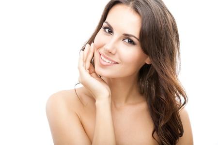 mujeres jovenes desnudas: Retrato de joven y bella mujer sonriente feliz con el pelo largo y rizado, aislado sobre fondo blanco