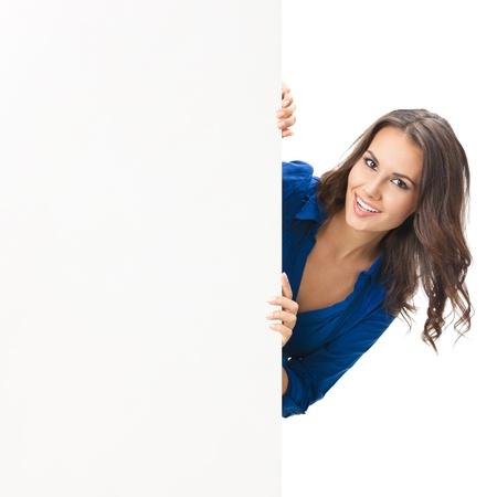 cerrando negocio: Feliz sonriente mujer hermosa joven que muestra letrero en blanco o copyspace, aislado sobre fondo blanco
