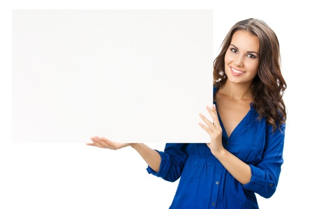letreros: Feliz sonriente mujer hermosa joven que muestra letrero en blanco o copyspace, aislado sobre fondo blanco