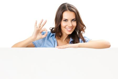 Happy lachende mooie jonge vrouw met lege bord of copyspace, geïsoleerd op witte achtergrond