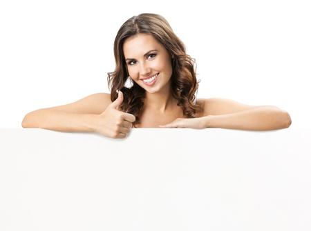 slogan: Feliz sonriente mujer hermosa joven que muestra letrero en blanco o copyspace para eslogan o texto, aislado sobre fondo blanco