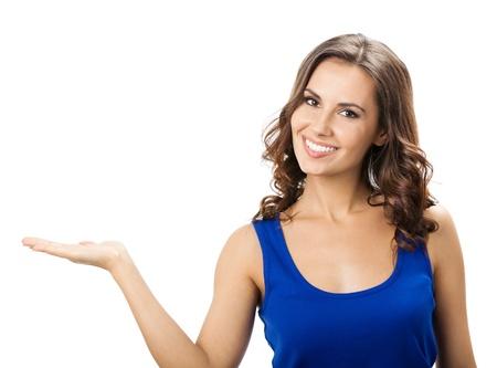 fondo blanco: Feliz sonriente joven y bella mujer que muestra copyspace o algo, aislado sobre fondo blanco
