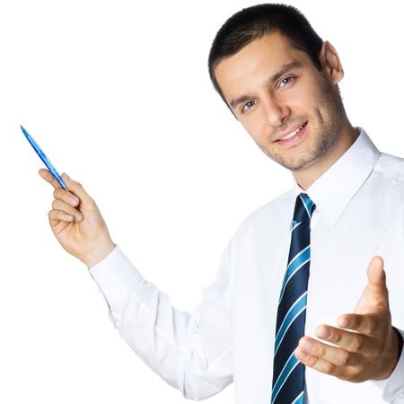 alzando la mano: Feliz hombre de negocios sonriente joven que muestra área en blanco para firmar o copyspace, aislado sobre fondo blanco Foto de archivo