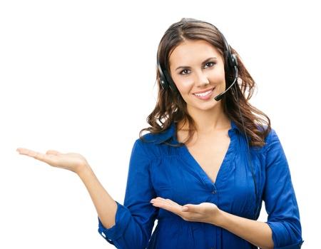 Portrait de sourire heureux joyeux soutien opérateur téléphonique jeunes dans la région de copyspace casque de montrer ou de quelque chose, isolé sur fond blanc