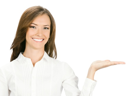 Happy smiling jeune femme d'affaires belle montrant une zone vide pour signe ou copyspase, isolé sur fond blanc