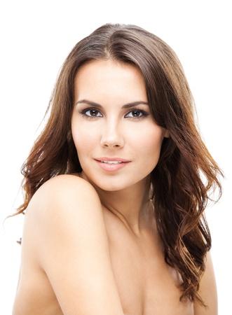 jeune femme nue: Portrait de la belle jeune femme souriante heureux avec des cheveux longs et boucl�s, isol� sur fond blanc