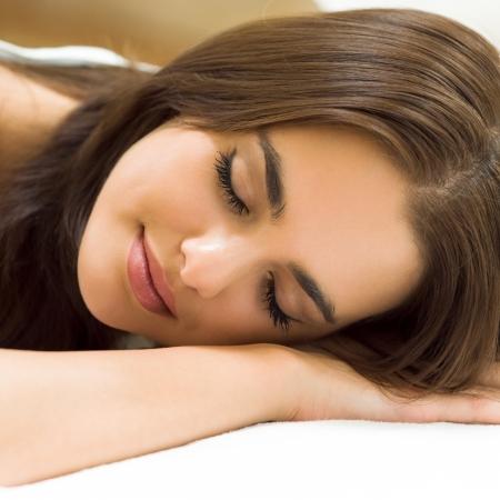 woman sleep: Mujer hermosa joven que duerme en cama Foto de archivo