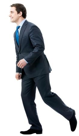 Portrait complet du corps d'homme d'affaires marchant, isolé sur fond blanc