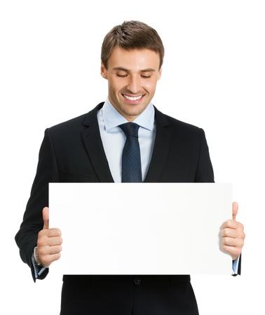 Heureux homme souriant jeune entreprise montrant enseigne vierge, isolé sur fond blanc