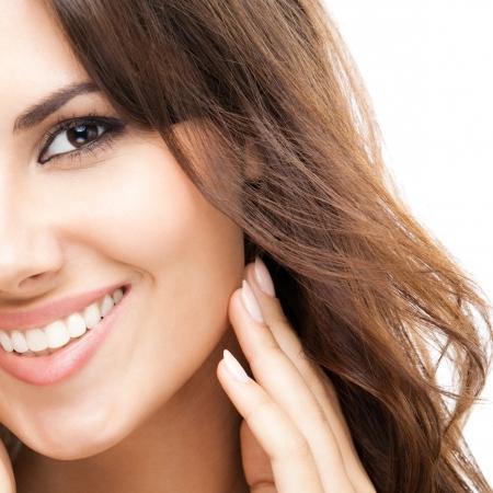 mujer sexi desnuda: Retrato de joven y bella mujer sonriente feliz con el pelo largo y rizado, aislado sobre fondo blanco