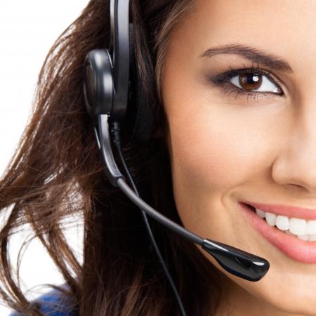 Portrait de sourire heureux joyeux opérateur belle jeune appui téléphone dans le casque, isolé sur fond blanc