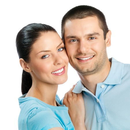 Retrato de joven feliz sonriente pareja atractiva, aislado sobre fondo blanco