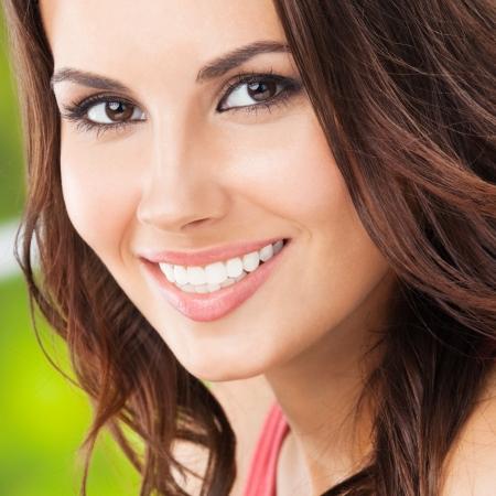 sonrisa: Retrato de joven y bella mujer sonriente feliz, al aire libre, Foto de archivo