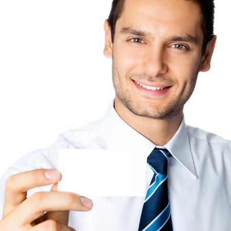 invitando: Feliz el hombre de negocios joven que muestra empresarial, plástico, tarjeta de crédito en blanco o señal, aislado sobre fondo blanco