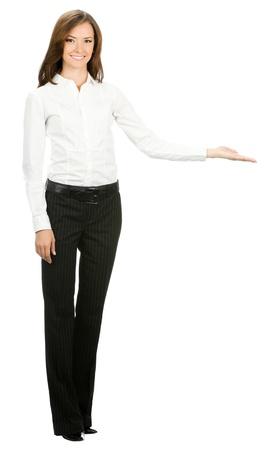 mujer cuerpo completo: Retrato de cuerpo entero de la feliz mujer joven y alegre mujer de negocios hermosa que muestra algo, aislado en fondo blanco