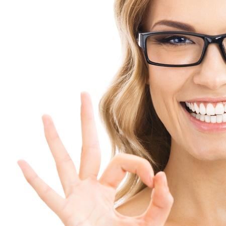 Bonne femme d'affaires souriant avec le bon geste, isolé sur fond blanc