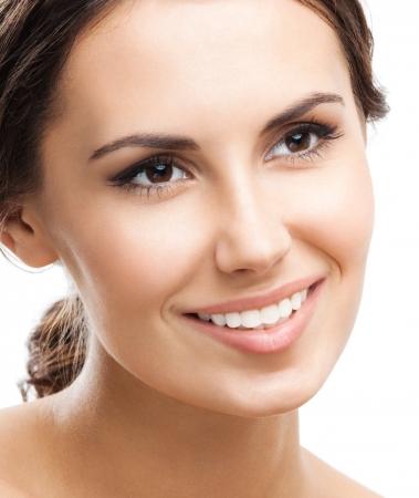 belle brunette: Portrait de la belle jeune femme souriante heureux, isol? sur fond blanc