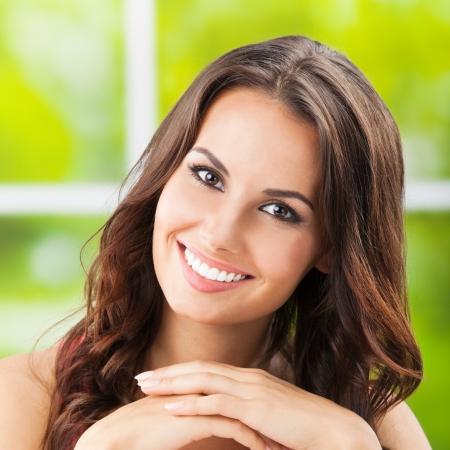 ��smiling: Retrato de joven y bella mujer sonriente feliz, al aire libre, Foto de archivo