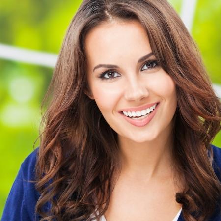 Portrait de la belle jeune femme souriante heureux, ? l'ext?rieur