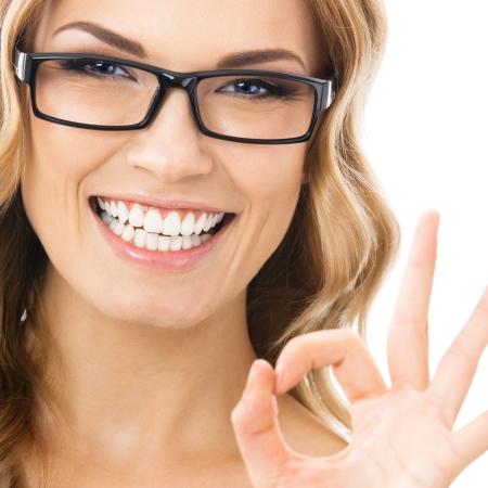 Bonne femme d'affaires souriant avec le geste correct, isol? sur fond blanc Banque d'images