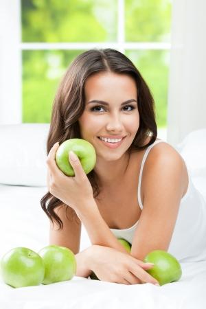 Junge glücklich lächelnde Frau mit Äpfeln Standard-Bild - 22644441