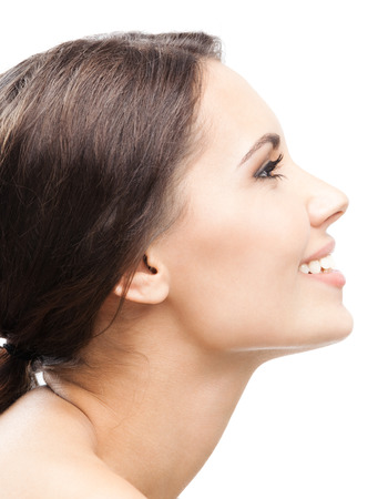 retrato de mujer: Retrato del perfil lateral de la joven y bella mujer sonriente feliz, aislado sobre fondo blanco