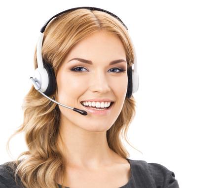 Portrait de sourire heureux joyeuse opérateur belle soutenir les jeunes de téléphone dans le casque, isolé sur fond blanc